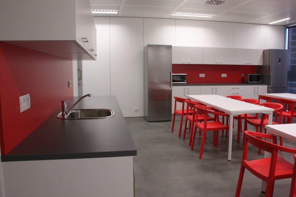 Proyecto llaves en mano oficinas raytheon adeyaka for Reformas oficinas barcelona