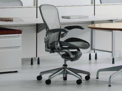 Mobiliario de oficina en barcelona adeyaka bcn for Sillas de oficina de diseno
