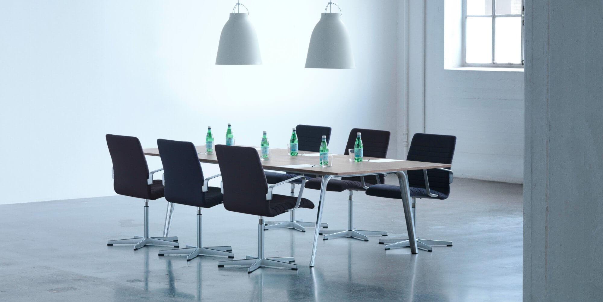 Sillas de oficina reunion oxford arne jacobsen adeyaka for Sillas oficina barcelona
